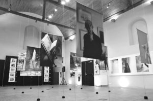 photographie de l'exposition de fabienne alios-lucas à la chapelle de l'hôpital à Pornic, France, Tirage sur des vaches plastiques de grand format suspendues par des cables métalliques.