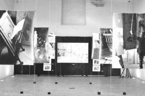 photographies en noir et blanc tirées sur de grandes bâches en plastique